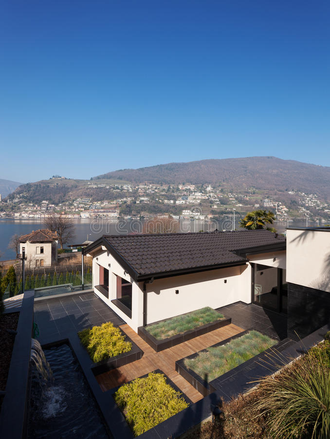 Moderne villa, buitenkant met gazon royalty-vrije stock fotografie