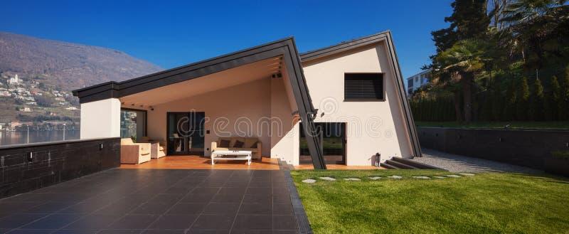Moderne villa, buitenkant met gazon, niemand royalty-vrije stock fotografie