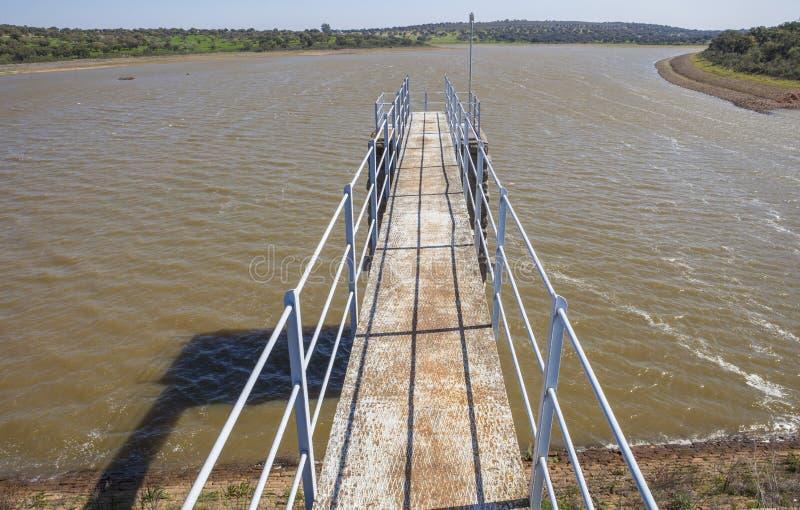 Moderne voetgangersbrug in bijlage aan Dam van Cornalvo-Reservoir royalty-vrije stock afbeelding