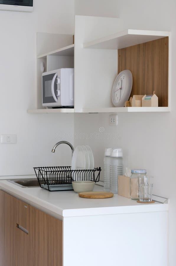 Moderne voorraadkast met werktuig stock afbeeldingen