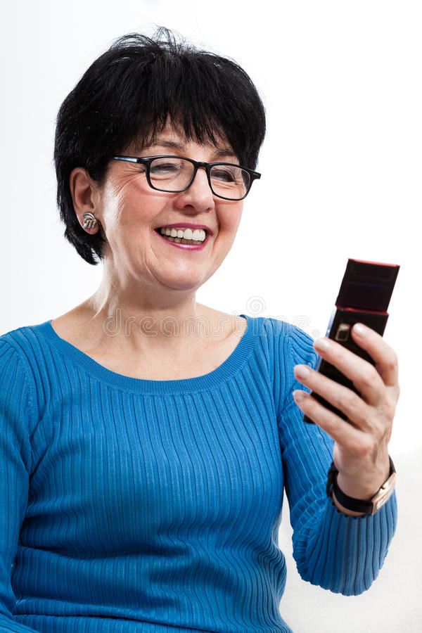 Moderne vrouw die mobiele telefoon met behulp van stock foto's