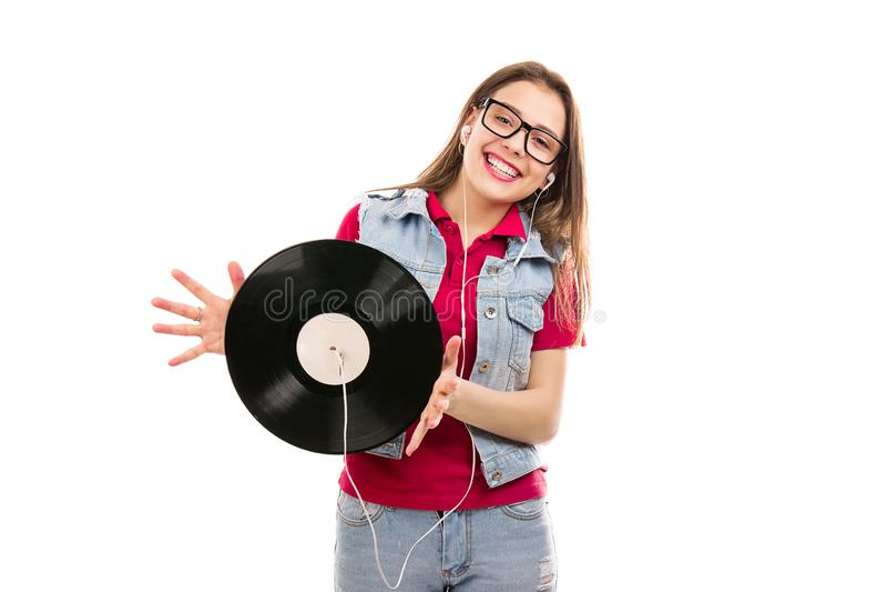 Moderne vrouw die retro vinylschijf met hoofdtelefoons houden royalty-vrije stock afbeeldingen