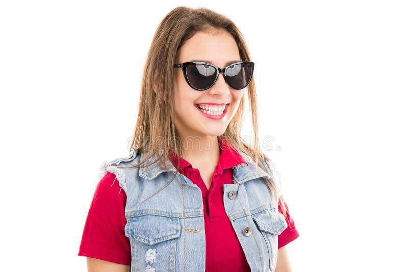 In moderne vrouw in modieuze zonnebril royalty-vrije stock fotografie