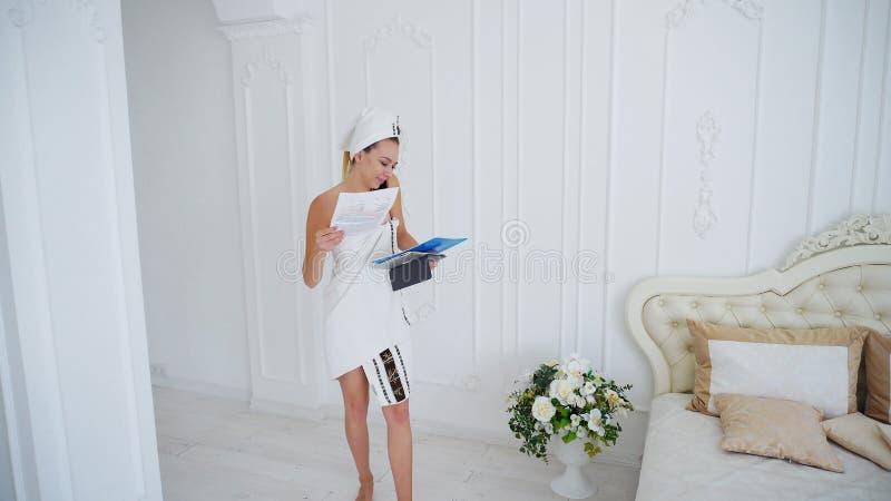 Moderne Vrouwelijke Bedrijfsvrouwenbespreking op telefoon en de Documentatie van het Lezingswerk na douche stock afbeelding