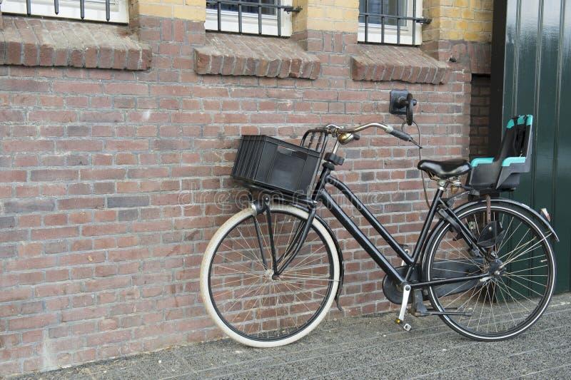 Download Moderne vrouwelijke fiets stock afbeelding. Afbeelding bestaande uit gesloten - 29508781