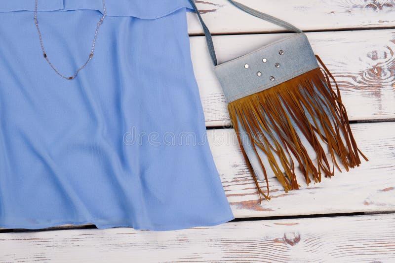 Moderne vrouwelijke handtas en kleding royalty-vrije stock afbeelding