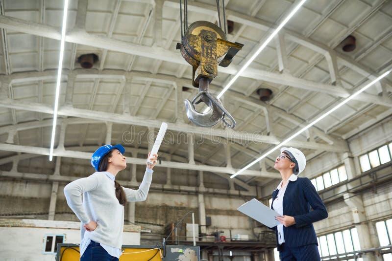 Moderne Vrouwelijke Ingenieurs op het Werk stock foto's