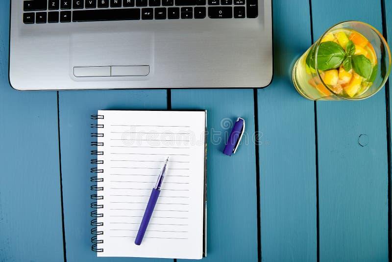 Moderne vrouwenwerkplaats met notitieboekje of laptop royalty-vrije stock foto's
