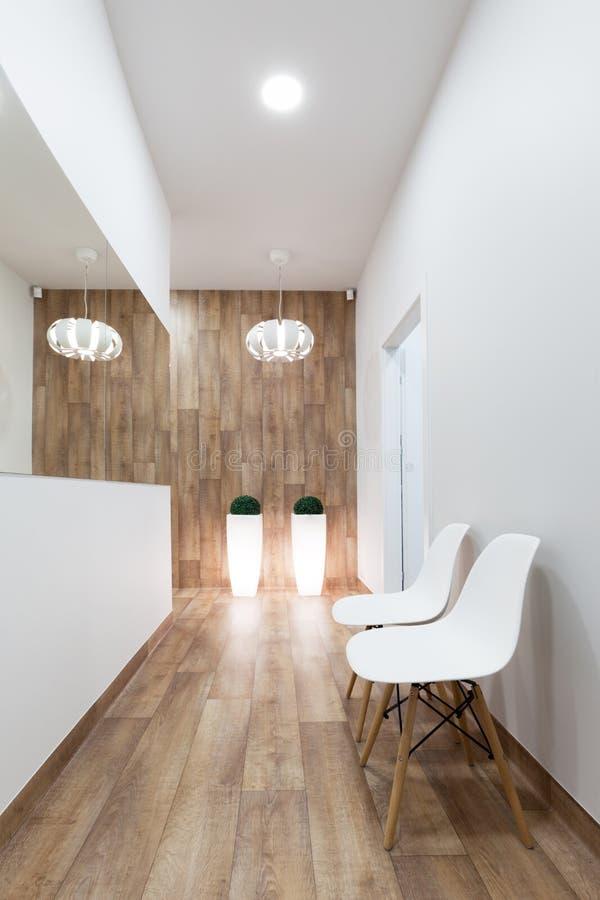 Moderne wachtkamer, ontvangst Comfortabel minimalistic binnenland stock fotografie