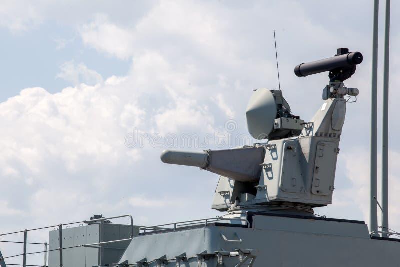 Moderne wapens op het dek van een militair schip Wapensysteem voor defensie royalty-vrije stock fotografie