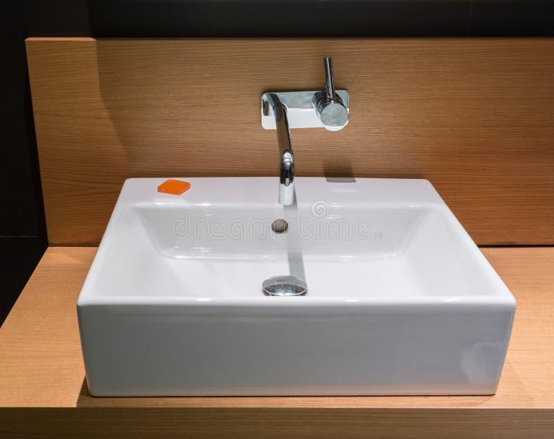 Moderne waskom in badkamers royalty-vrije stock afbeeldingen