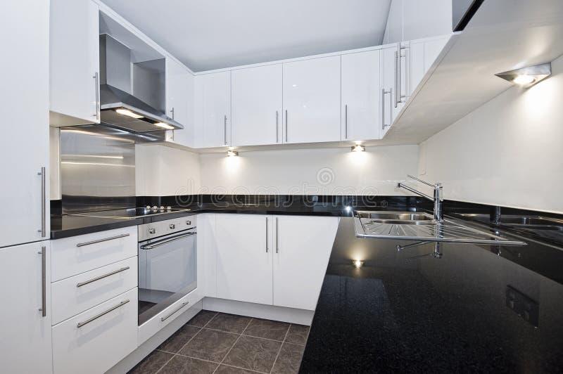 moderne weiße küche stockbild bild von zeitgenössisch
