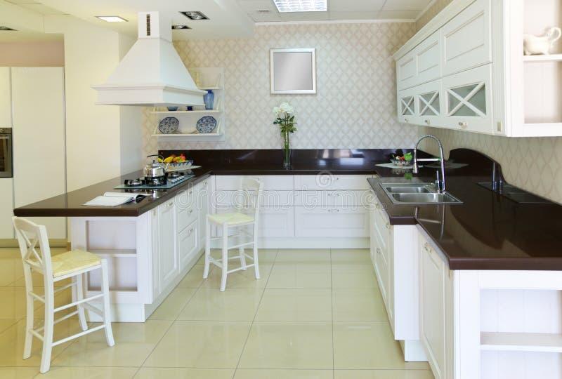 Moderne weiße Küche stockbild. Bild von wohnung, wohnsitz - 14035021