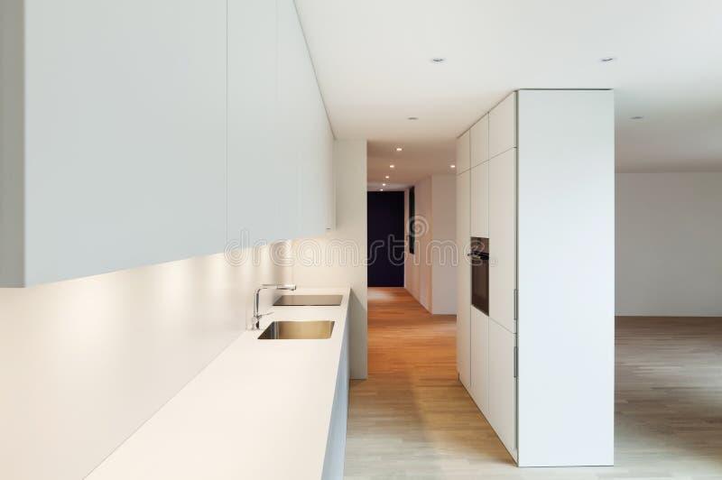 Moderne weiße Küche stockfoto. Bild von platz, architektur ...