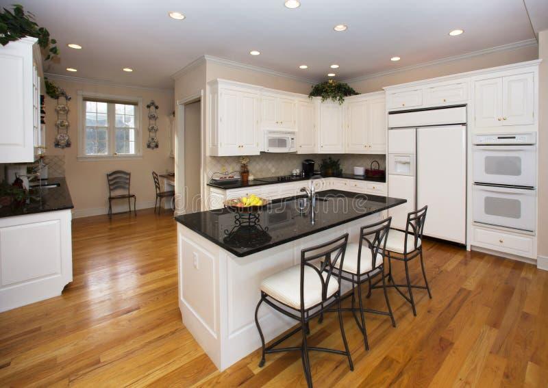 Moderne weiße Küche stockfoto. Bild von holz, schwarzes - 33096226
