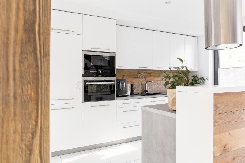 Moderne weiße Küche mit Insel stockfotografie