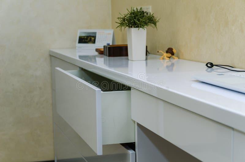 Moderne weiße Möbel mit Fächern ohne Griffe im Hauptinnenraum lizenzfreie stockfotos