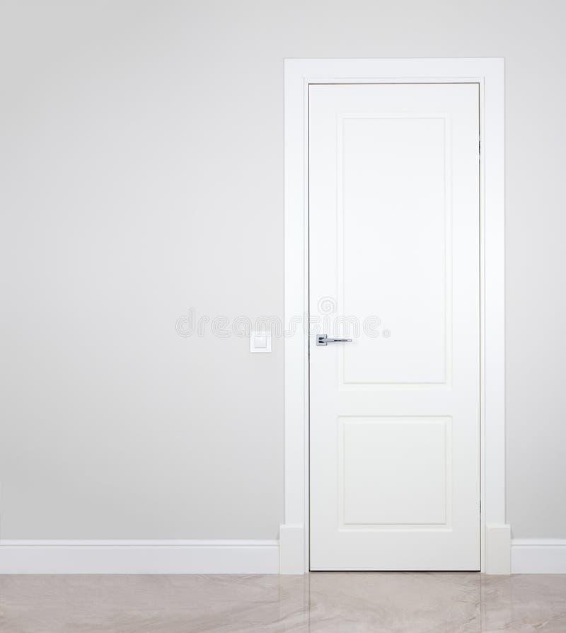 Moderne weiße Tür Graue Wand mit freiem Raum minimalist stockfotografie
