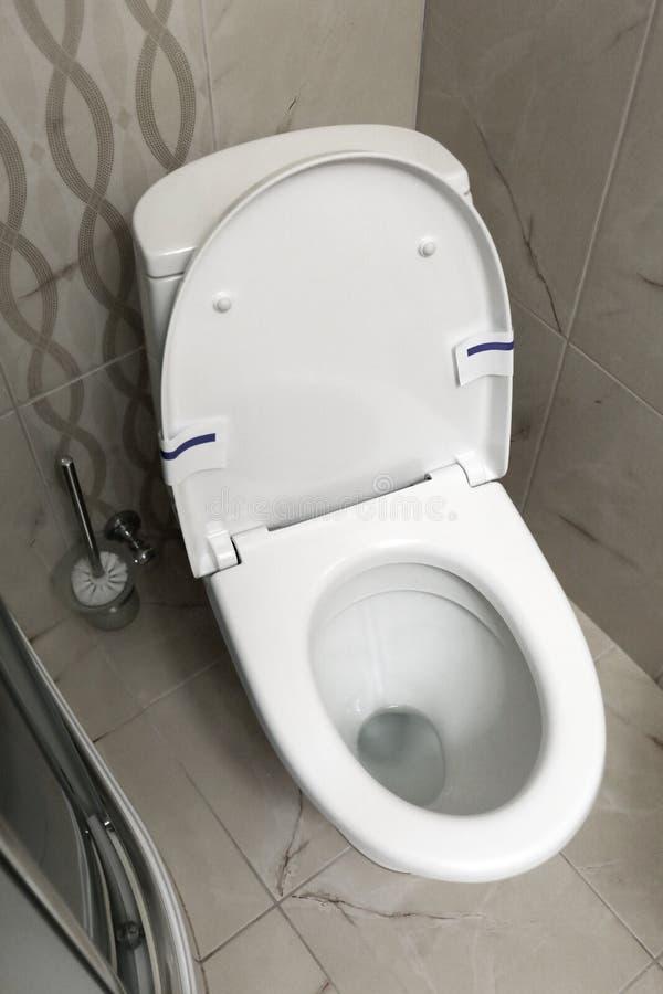 Moderne weiße Toilettenschüssel mit Sitz im Badezimmer, stockfotografie