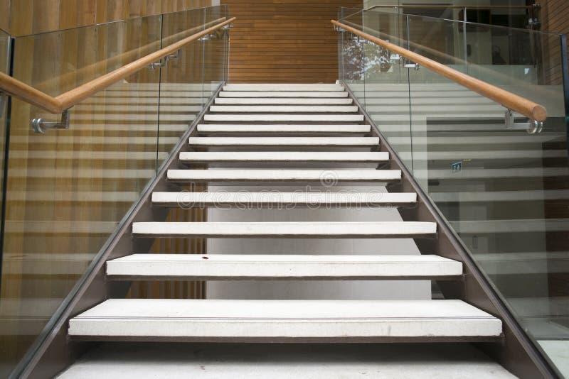 Moderne weiße Treppen stockfotografie