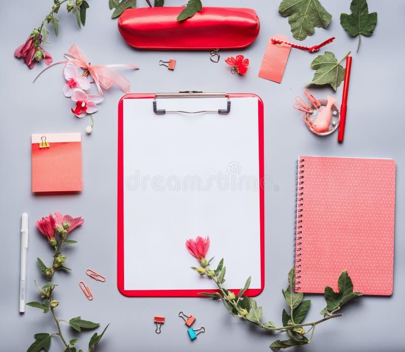 Moderne weibliche Schreibtischtabelle mit Klemmbrett mit leerem Kopienraumfreiem raum für Liste oder für Input der Text, Blumen u lizenzfreie stockfotografie