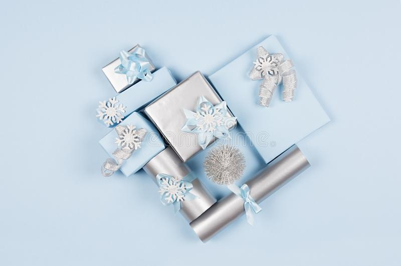 Moderne weiche unbedeutende Herzform - verschiedenes Blau und silberne metallische Geschenkboxen mit glänzenden Bändern und Bögen stockfoto