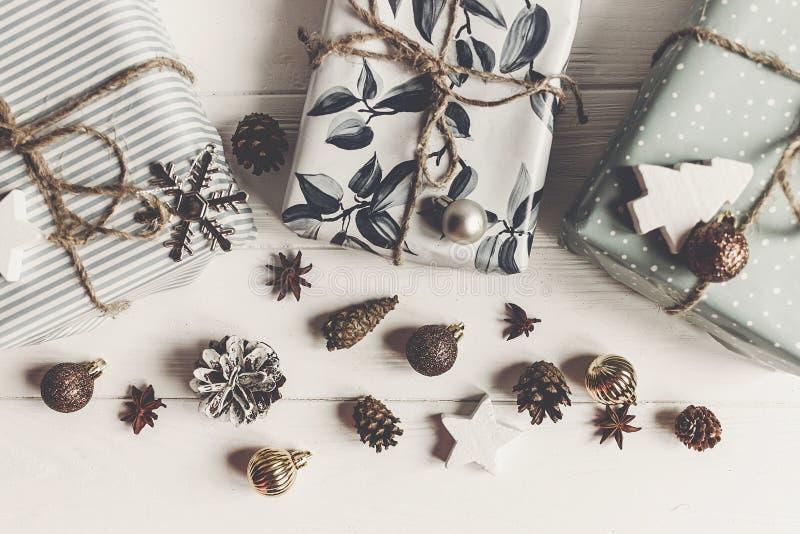 Moderne Weihnachtsebenen-Lagezusammensetzung stilvolle eingewickelte Geschenke lizenzfreies stockbild