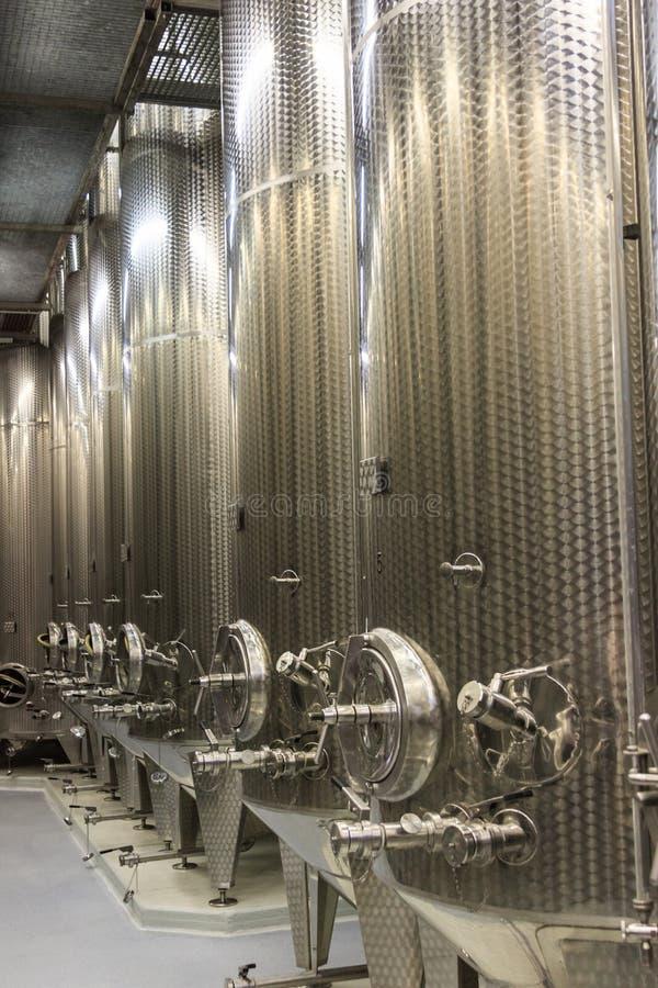 Moderne Weinkellerei-Stahltanks lizenzfreies stockfoto