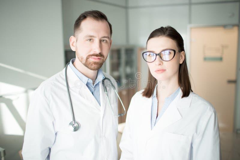 Moderne werkers uit de gezondheidszorg royalty-vrije stock afbeelding