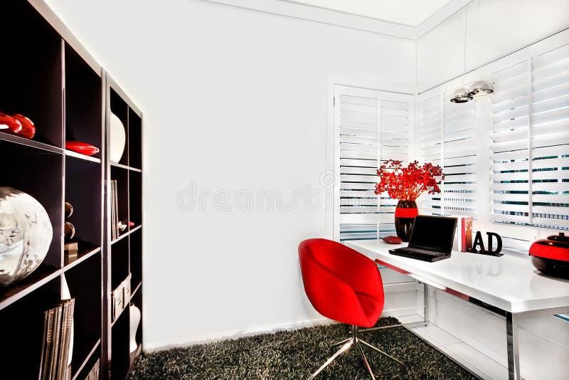 Moderne werkruimte in een luxueus huis met een kleine witte lijst stock foto's
