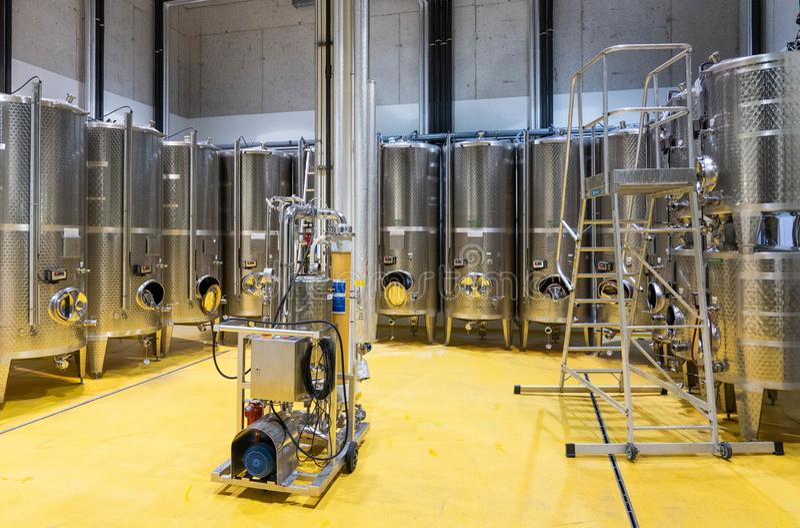Moderne wijntechnologie met roestvrij staaltanks stock foto