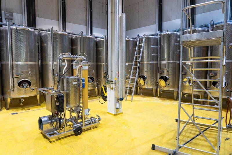 Moderne wijntechnologie met roestvrij staaltanks royalty-vrije stock afbeelding