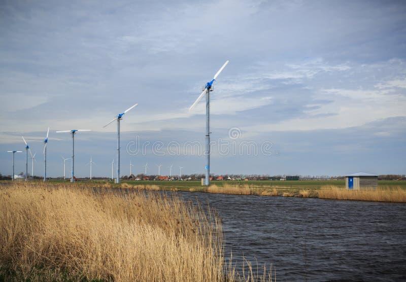 Moderne wind die molens in Holland produceren stock afbeeldingen