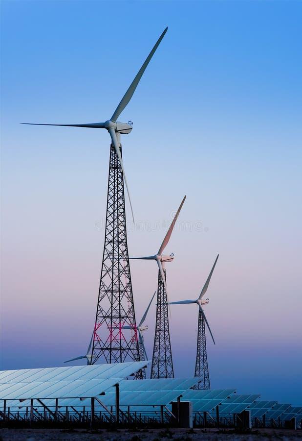 Moderne windmolens en zonnepanelen royalty-vrije stock foto's