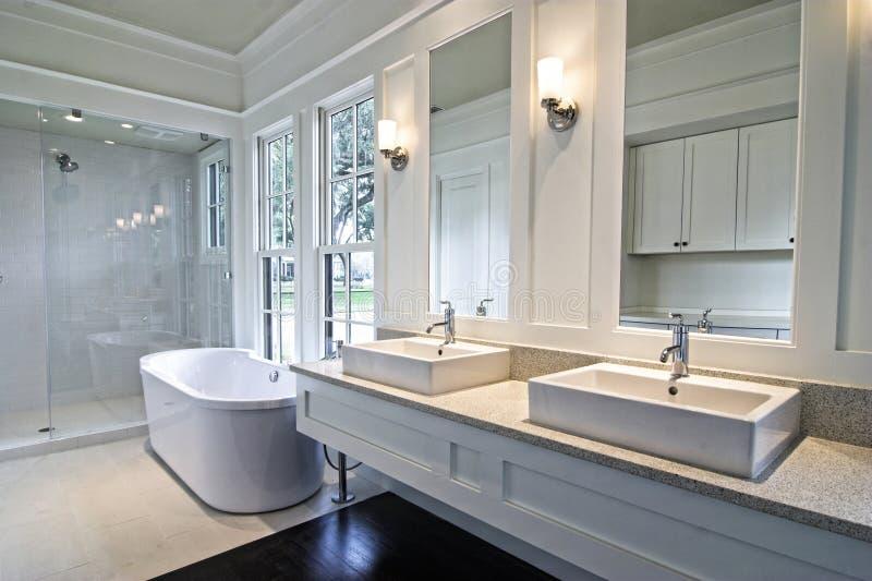 Moderne witte badkamers royalty-vrije stock foto's