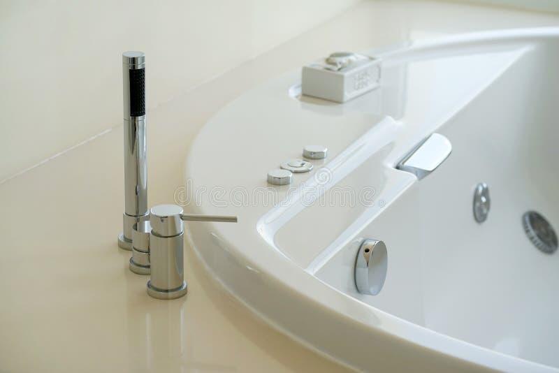 Moderne witte badkamersgootsteen stock afbeelding