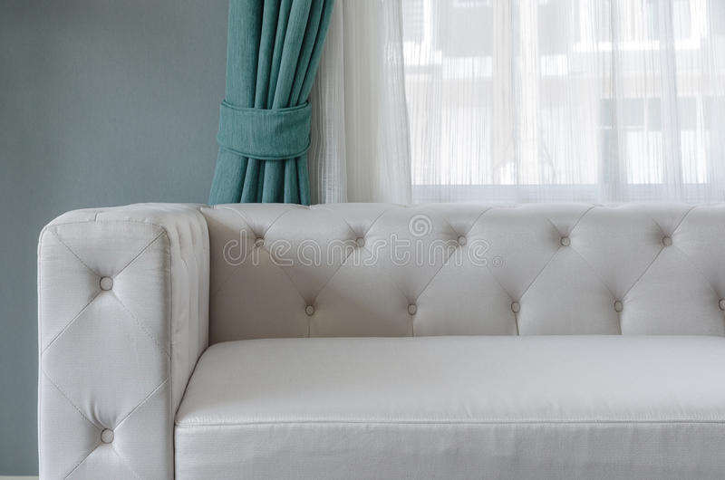 Moderne witte bank met groene muur en gordijn in woonkamer stock foto's