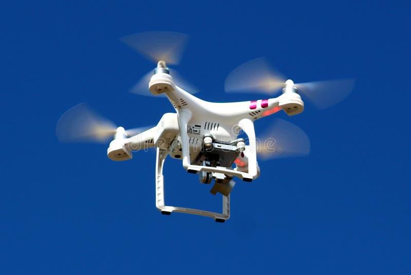 Moderne witte hommel met vier rotoren en roterende camera royalty-vrije stock foto's