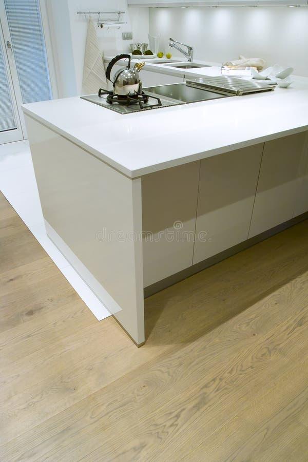 Moderne witte keuken royalty-vrije stock afbeeldingen
