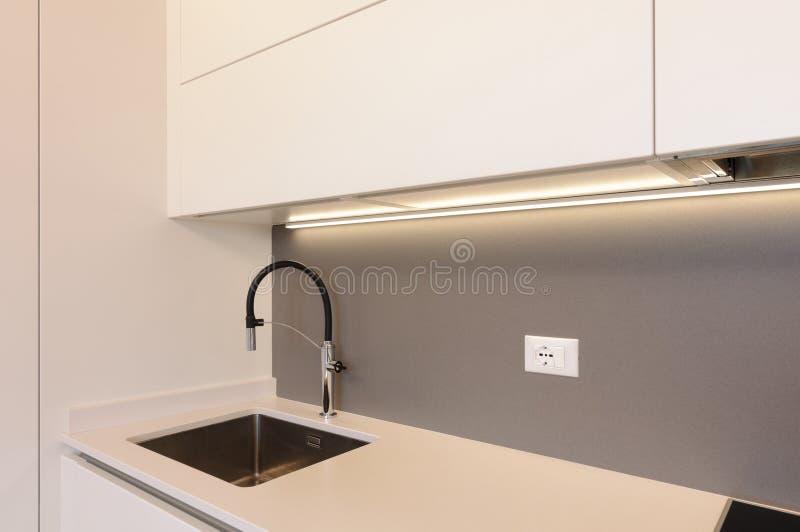 Moderne witte keuken binnenshuis stock foto's