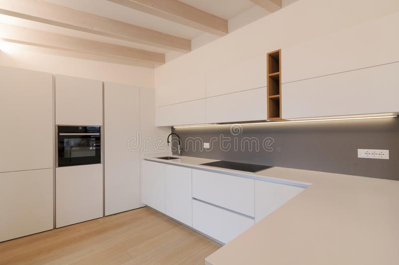 Moderne witte keuken binnenshuis royalty-vrije stock afbeeldingen