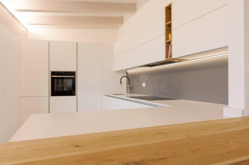 Moderne witte keuken binnenshuis royalty-vrije stock foto's