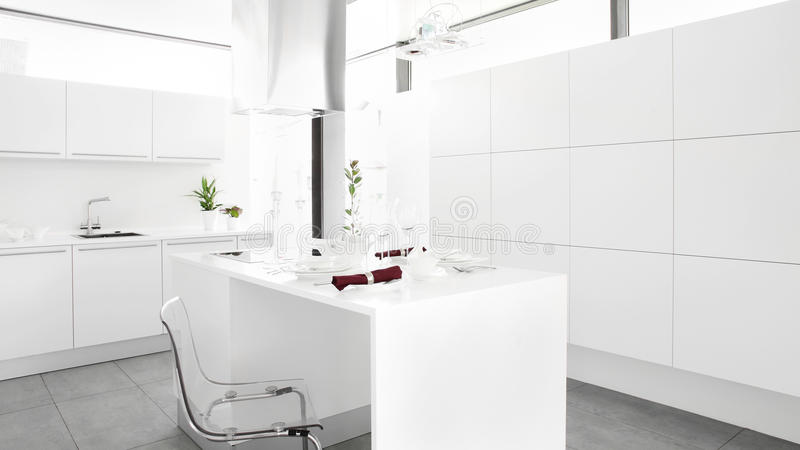 Moderne witte keuken met modieus meubilair royalty-vrije stock foto