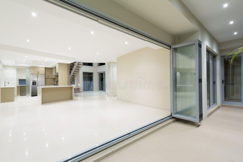 Moderne witte keuken in nieuw luxueus huis royalty-vrije stock foto