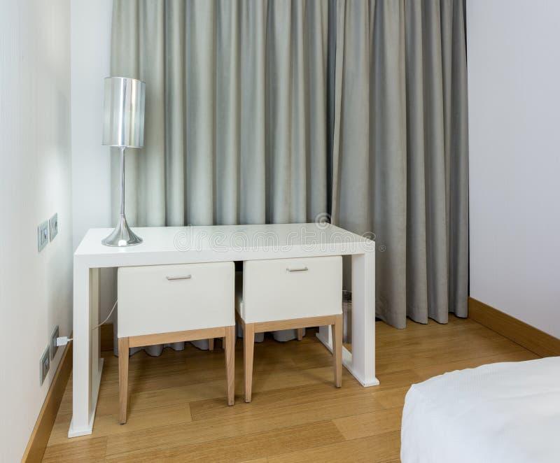 Moderne witte lijst en stoelen in slaapkamer stock foto for Witte moderne stoelen