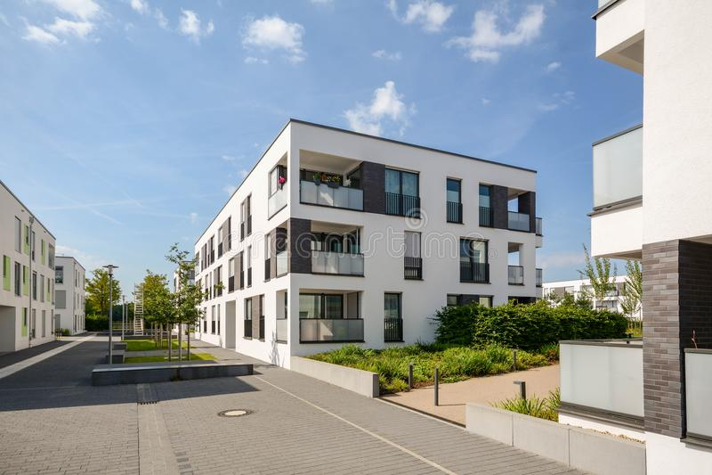 Moderne Wohngebäude in einem grünen Wohngebiet in der Stadt lizenzfreies stockfoto