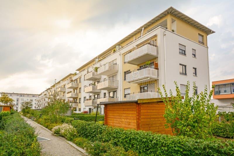 Moderne Wohngebäude in einer grünen nachhaltigen Umwelt stockfotografie