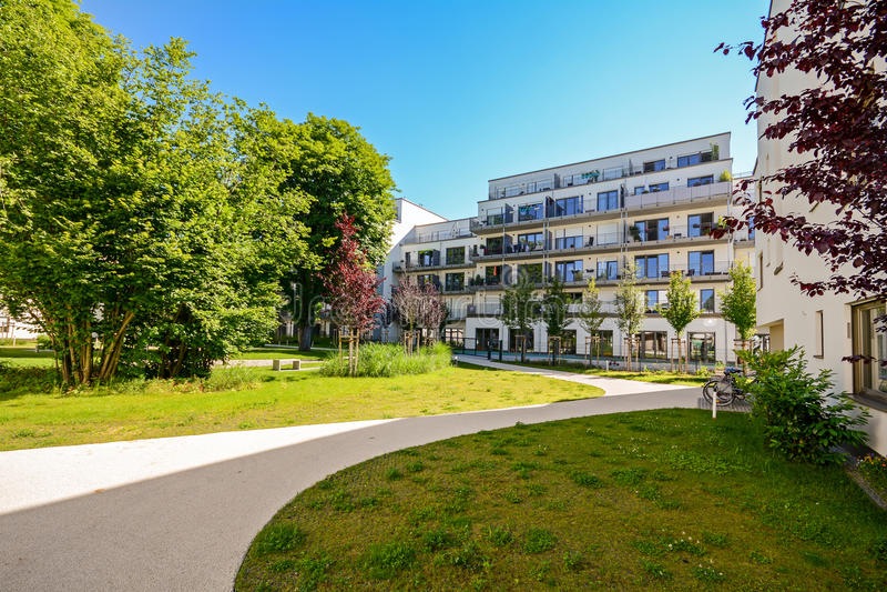 Moderne Wohngebäude in einer grünen Umwelt, nachhaltige Stadtplanung lizenzfreies stockfoto