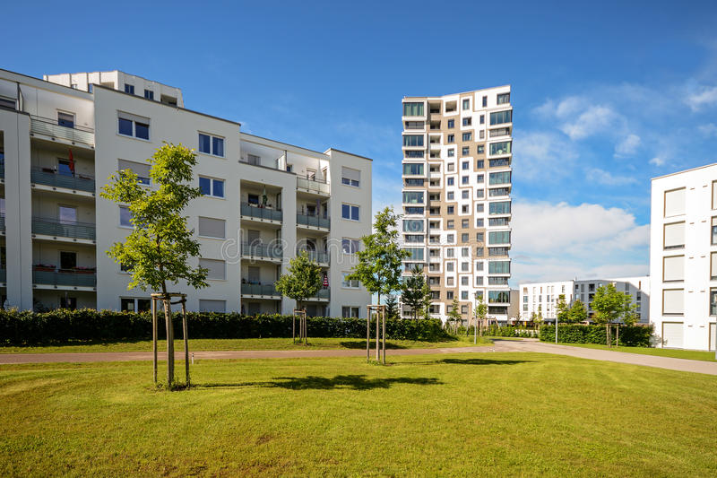 Moderne Wohngebäude mit Anlagen im Freien, Fassade von neuen Apartmenthäusern stockfotografie