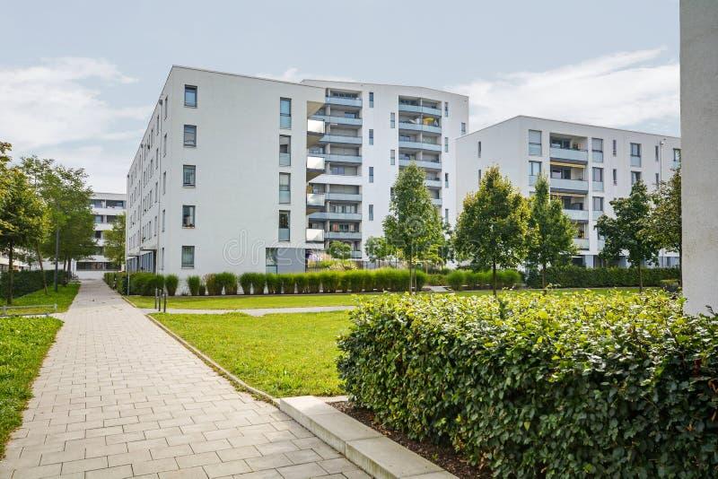 Moderne Wohngebäude, Wohnungen in der neuen städtischen Wohnung lizenzfreie stockbilder